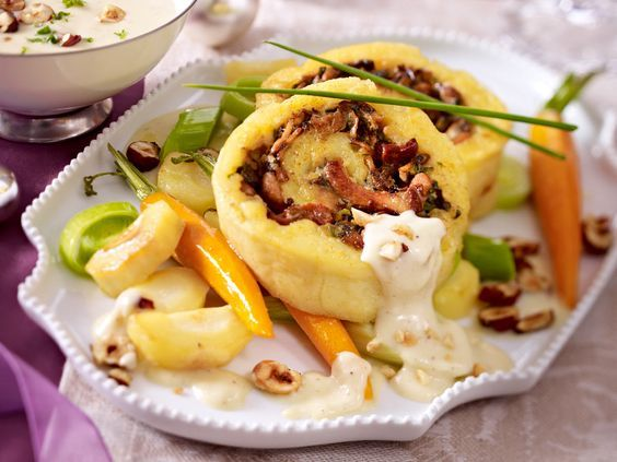 Kartoffel-Pilz-Rolle mit Wintergemüse und Gruyèresoße