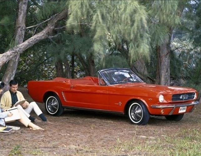 CONVERTIBLE 10 - Ford Mustang   1965 - Estamos escuchando mucho acerca del Ford Mustang ahora que celebra su cumpleaños número 50. Definitivamente fue un coche que dejó huella, ya que con su espectacular debut Mustang se identificó y acompañó importantes cambios en la sociedad estadounidense. El núcleo de esos cambios -no tenemos miedo en decirlo- fue una transición hacia el egoísmo a la hora de satisfacer deseos personales, aunque sin abandonar las reglas establecidas. El Mustang cumplía