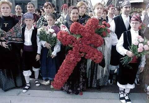 Ofrenda floral, la Cruz de Lorena, adorna el manto de la Virgen del Pilar, personal del hospital Royo Villanoba Zaragoza.