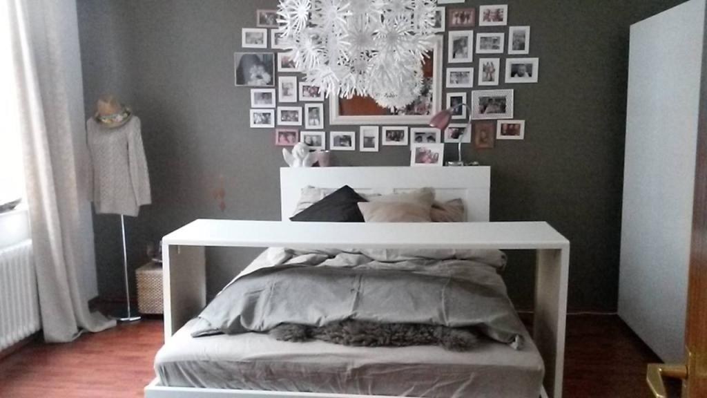 Gemütliches Schlafzimmer ~ Schlafzimmer mit doppelbett und board über dem bett sowie