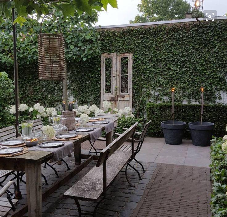 Una mesa grande de madera vieja y bancos al aire libre for Jardin al aire libre de madera deco