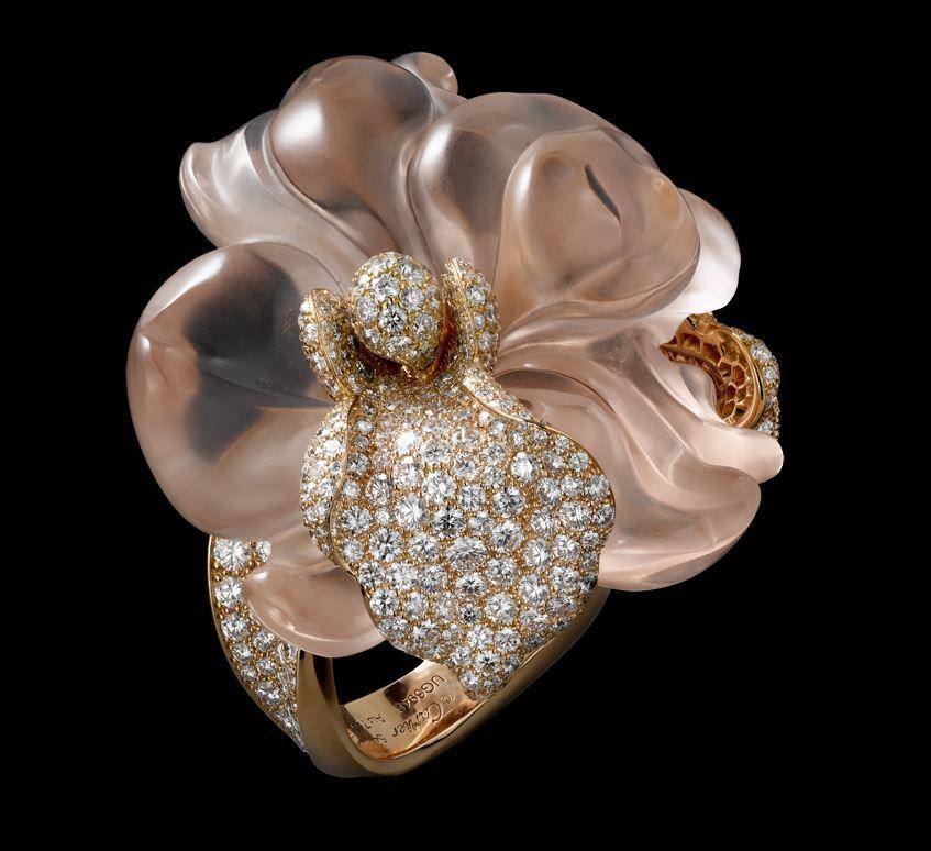 Tento prsteň z kolekcie pohladenie orchideou je vytvorený z ružového zlata, morganitu vybrúseného do kvetinového tvaru a briliantov