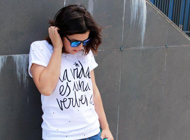 Ripped jeans de Stradivarius de otra temporada, Camiseta de Lucía Be, sandalias bio y bolso sobre de Zara SS15