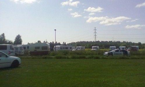 Pukinmäen karavaanileiri häädettiin poliisisaattueessa