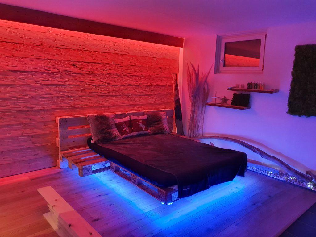 Schwebendes Paletten Bett Mit Led Beleuchtung In 2020 Led Beleuchtung Palettenbett Bettbeleuchtung