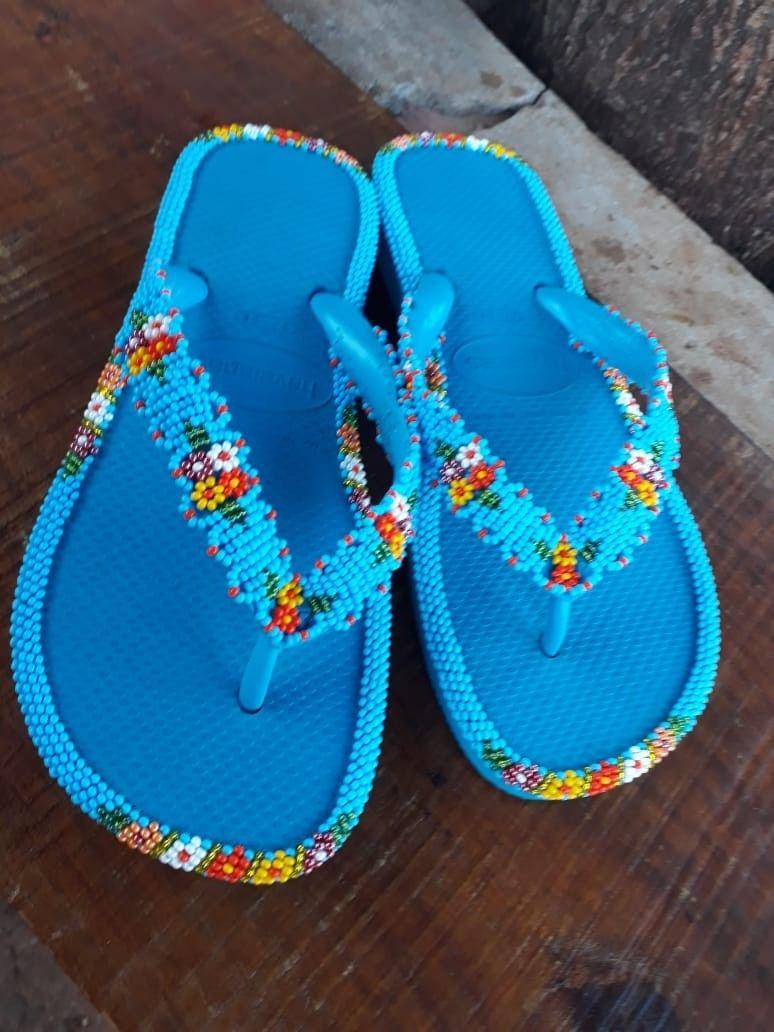 Pin de Marcia Rita Santos em Shoes | Chinelos decorados