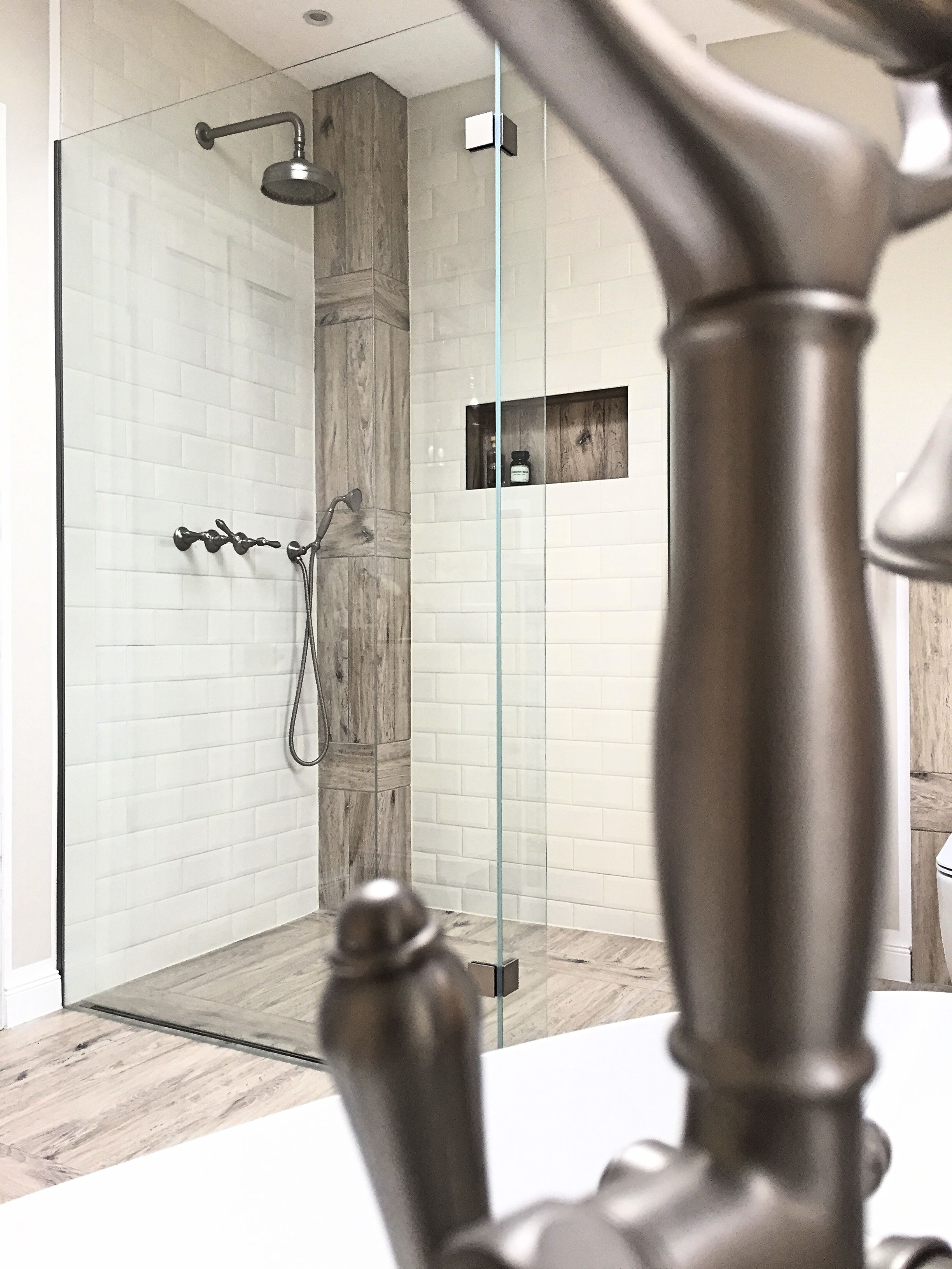 Der Mit Holzfliesen Verkleidete Entluftungskanal Steht Wie Ein Grosser Schiffsmast In Der Dusche Holzfliesen Entluftung Dusche