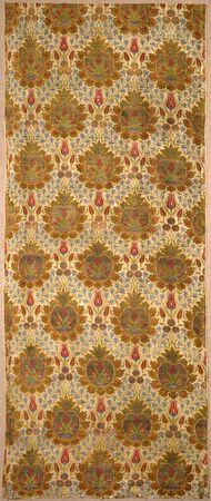 Bane af lampasvævet tekstil af silke og metallamel spundet om silke / Length of a lampas-woven textile; silk and metal lamella spun around a silk core