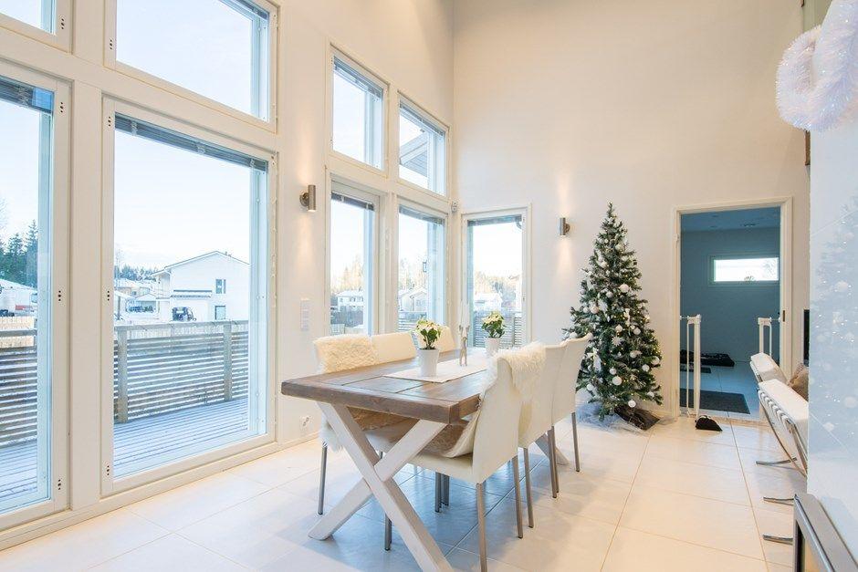 Uudenveroinen 1 1/2 kerroksinen koti uudella Omenatarhan alueella vain 3 km päässä Porvoon keskustasta. Talo on valmistunut v. 2013. Vesikiertoinen lattialämmitys ( kaukolämpö) sekä varaava takka olohuoneessa mahdollistaa edulliset asumiskustannukset. Vaaleat sisäpinnat sekä isot ikkunat tuovat valoisuutta asuntoon. Asunto on hyvin suunniteltu ja toteutettu tasokkailla sisustusmateriaaleilla.  Oma, aidattu aurinkoinen 902 m2 nurmikkotontti. Autokatos sekä lämmin varasto.