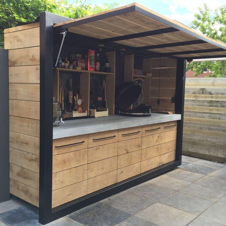 Petite cuisine d'été en bois et métal noir, pouvant être fermée en cas de