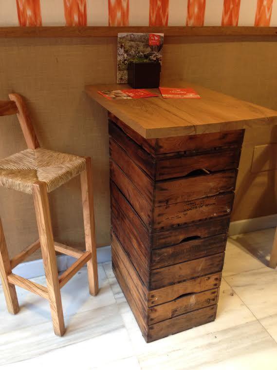 stehtisch aus weinkisten living at home pinterest diy table pallet furniture und diy. Black Bedroom Furniture Sets. Home Design Ideas