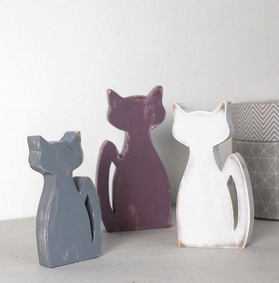 Chats en bois blanc , aubergine et gris patiné en décoration d