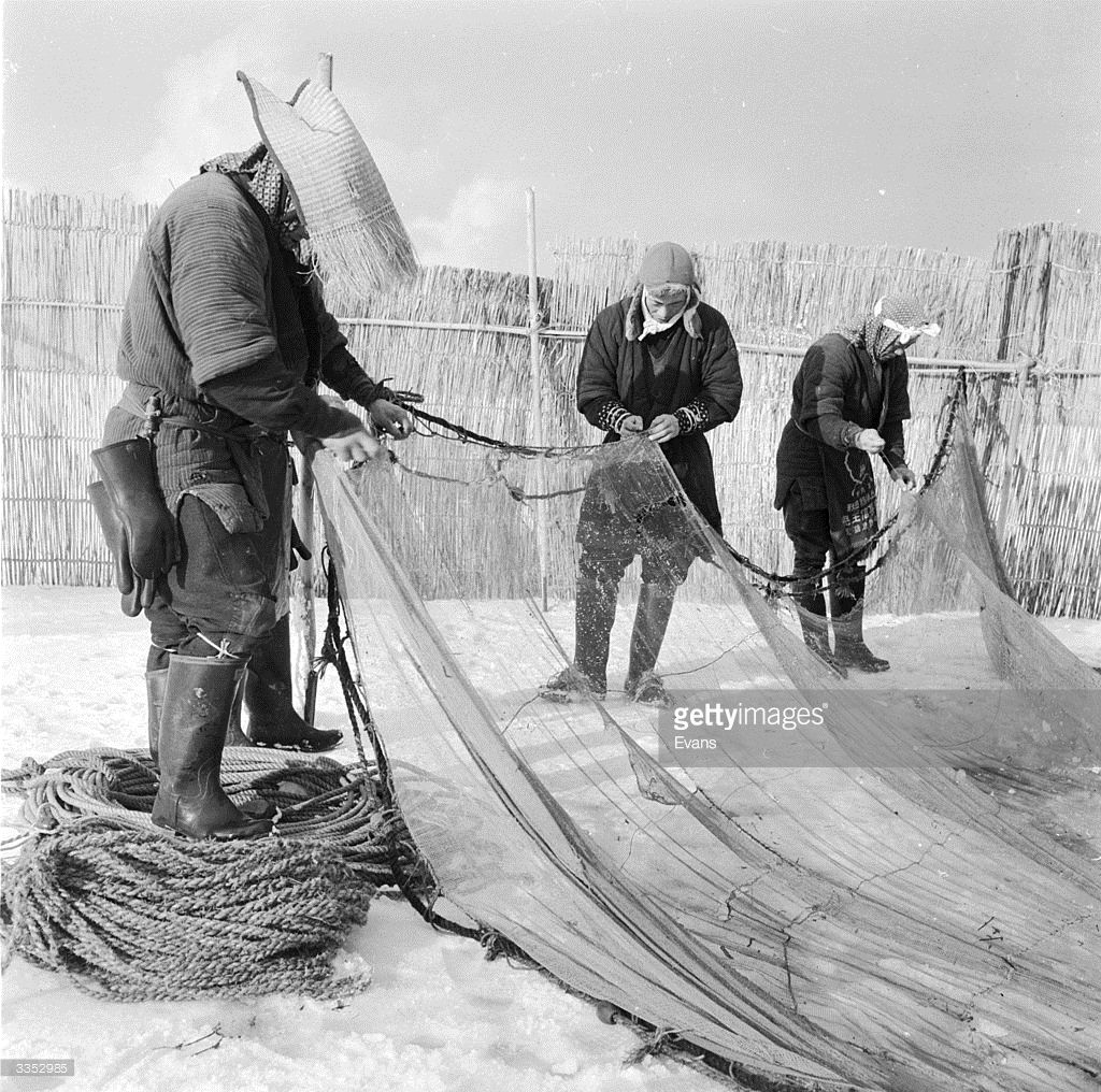 circa 1955: Japanese ice fishermen preparing their nets at Lake Hachinohe 300 miles above Tokyo. (Photo by Evans/Three Lions/Getty Images)