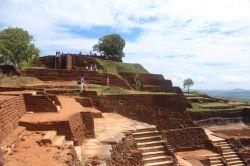 """Cima Sigiriya castle castillo. Ruinas del #Castillo en #Sigiriya. Conoce sobre este mágico sitio en #SriLanka que tiene siglos de antiguedad. Revisa nuestro articulo: """"La Roca, el León y el Castillo"""" #Viajes #BlogdeViajes #DesarrolloPeregrino"""