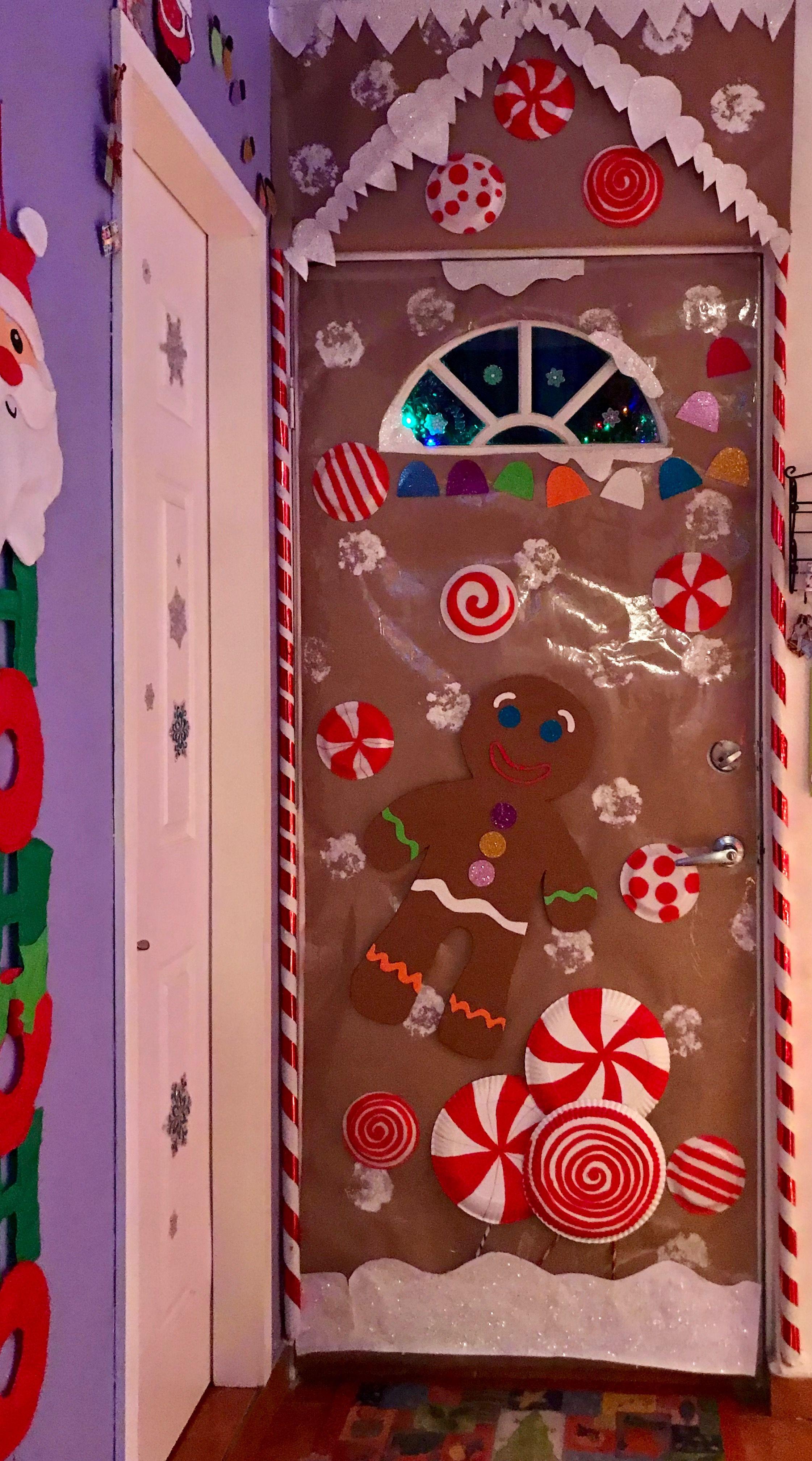 Puerta decorada de navidad casa de jengibre galletas y for Puertas decoradas con dinosaurios