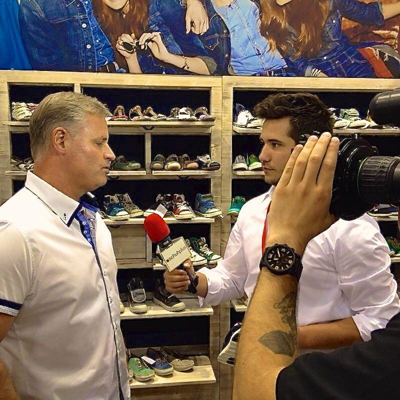 schuhplus Schuhe in Übergrößen auf der GDS bei Mustang Schuhe. Joachim Schnabel stellt die neue Kollektion vor. #shoes. #gds #gdssoesfair #schuhplus #gds2014 #schuhe #schuhmesse #düsseldorf