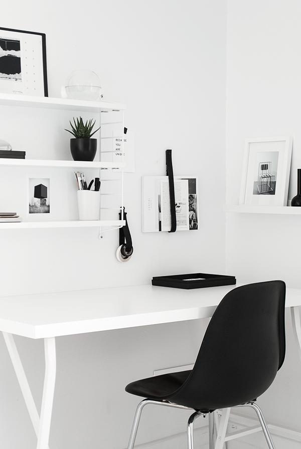 Coin bureau minimaliste en noir et blanc | Black and White Minimalist workspace & workspace update | Home | Pinterest | Home office design Home ...