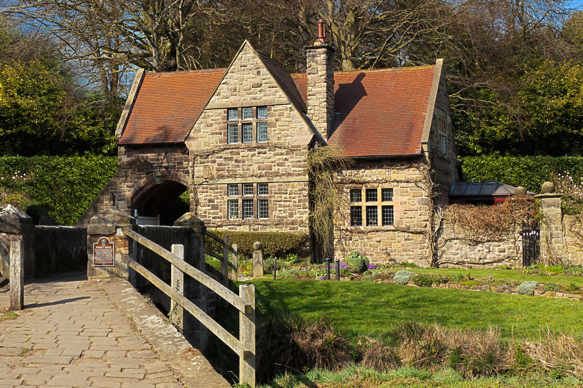 Old English House Like The Historic Cottage Feel Stone Cut Pattern Window