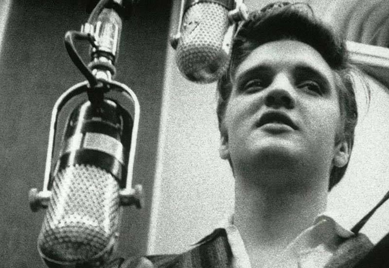 Elvis Rehearses Don T Be Cruel At Rca Victor Studio 1 In New York City Presley Sang Into Top Mic While The Bottom Microphone Picked Elvis Presley Microfonos