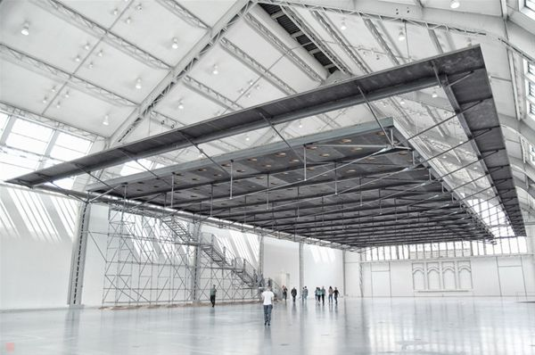 """Antony Gormley """"Horizon field Hamburg"""" Deichtorhallen 2012 HAMBURG.- HORIZON FIELD HAMBURG, 2012 Steel 355, steel spiral strand cables, stainless steel mesh (safety net), wood floor, screws and PU resin for top surface coating. 206 x 2490 x 4890cm, 60000 Kg Installation view Deichtorhallen Hamburg Photograph by Henning Rogge."""