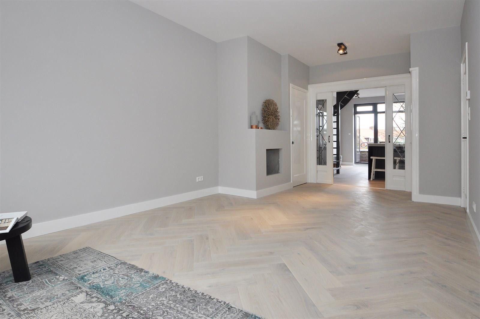 foto de Visgraatvloer licht grijze wanden B & S in 2019 Huis interieur Woonkamer Kleuren en Grijze