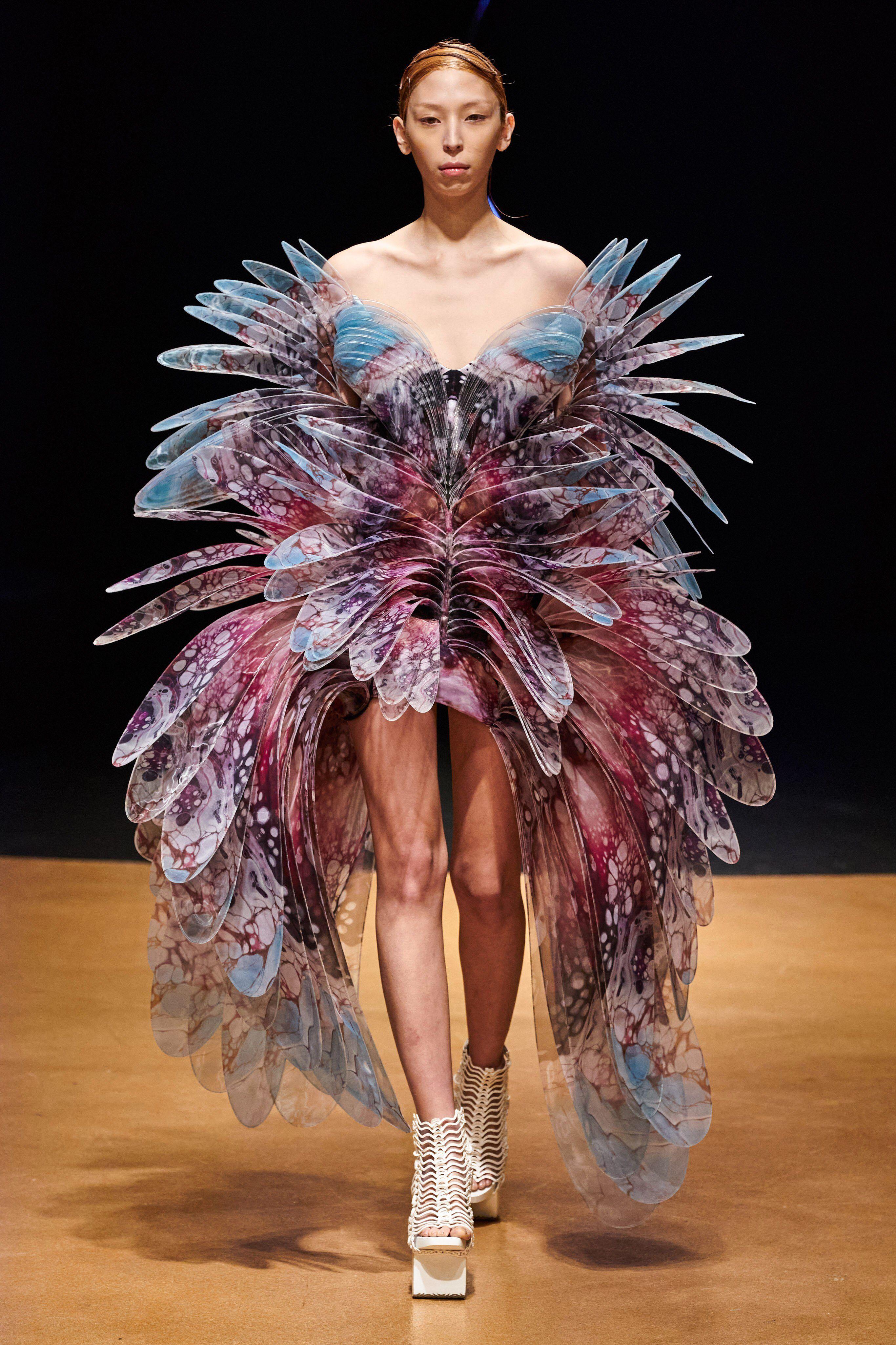 Iris Van Herpen Spring 2020 Couture Fashion Show Collection See The Complete Iris Van Herpen Spring 2020 Couture In 2020 Fashion Show Couture Fashion Iris Van Herpen