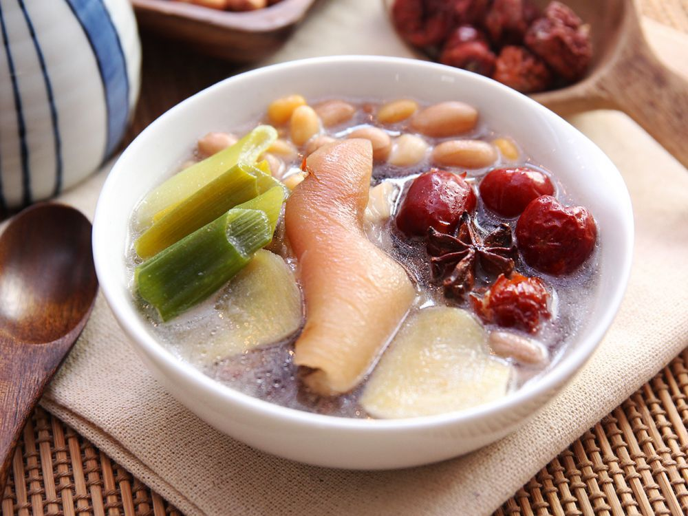 Porks knuckle soup food asia soup chinese herbal tonic daydaycook is the hottest new culinary website across asia offering step by step instructions and videos on how to cook chinese food recipes forumfinder Images