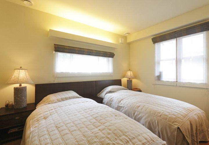 天井を照らす間接照明のある寝室 寝室 模様替え 家具のアイデア