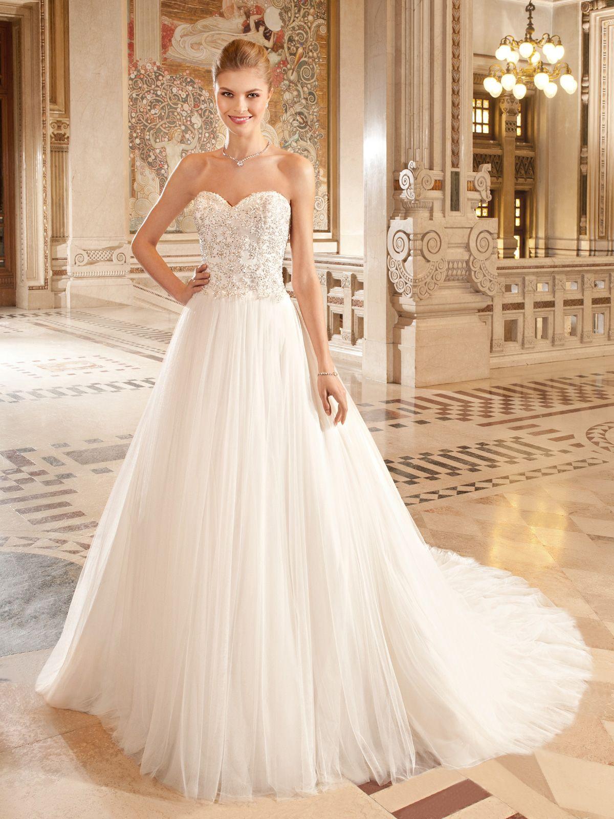 fa5eb938ea Vestido de noiva tomara-que-caia com decote coração e saia volumosa. Da  Tutti Sposa. Mais