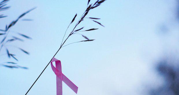 In den Wechseljahren wird zur Linderung der Beschwerden immer wieder zur sogenannten Hormonersatztherapie (HET) gegriffen. Doch diese lässt das Brustkrebs-Risiko massiv in die Höhe schnellen. Auch beim Eierstockkrebs sieht es düster aus.