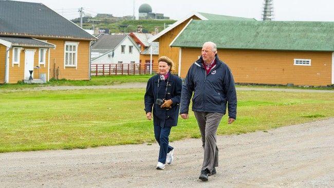 Kongeparet vil vise fram landets nordlegaste fylke til sine barnebarn. Foto: Silja Arvola / NRK