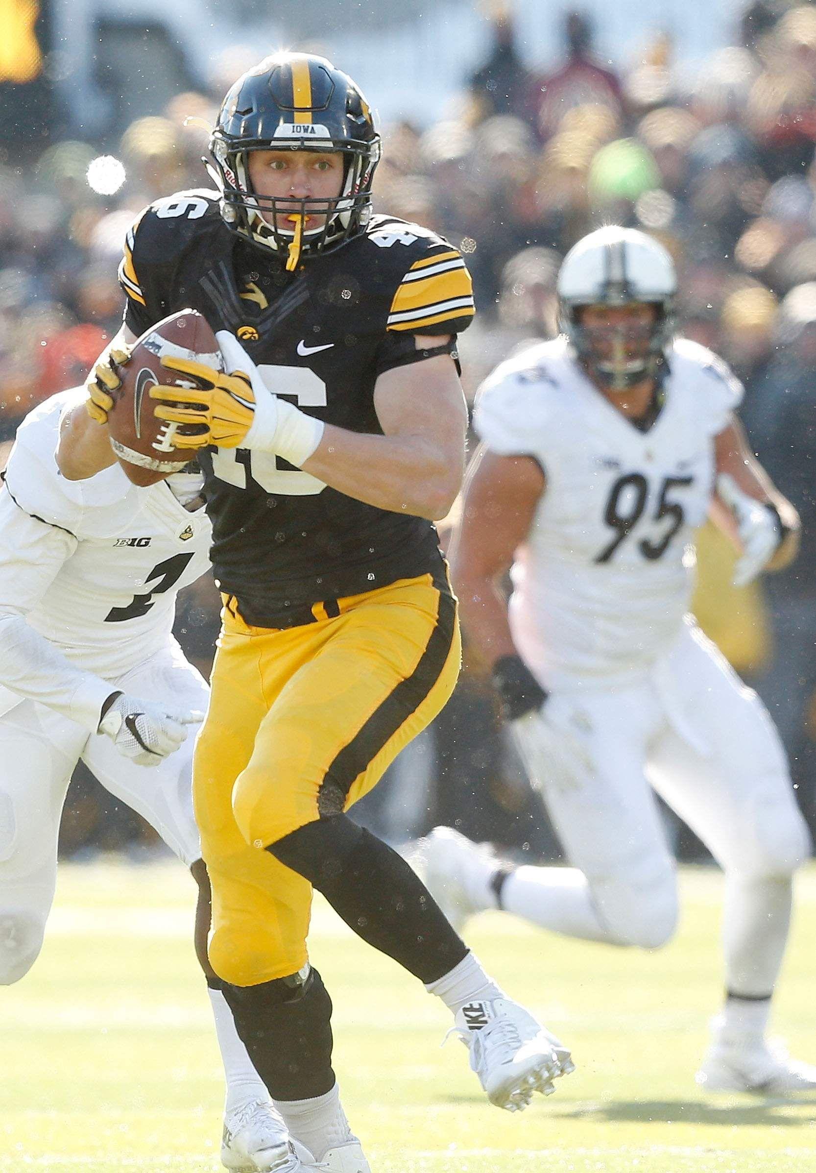 Iowa Tight Ends Parachute Into The Highlights The Gazette Tight End Iowa Football Helmets