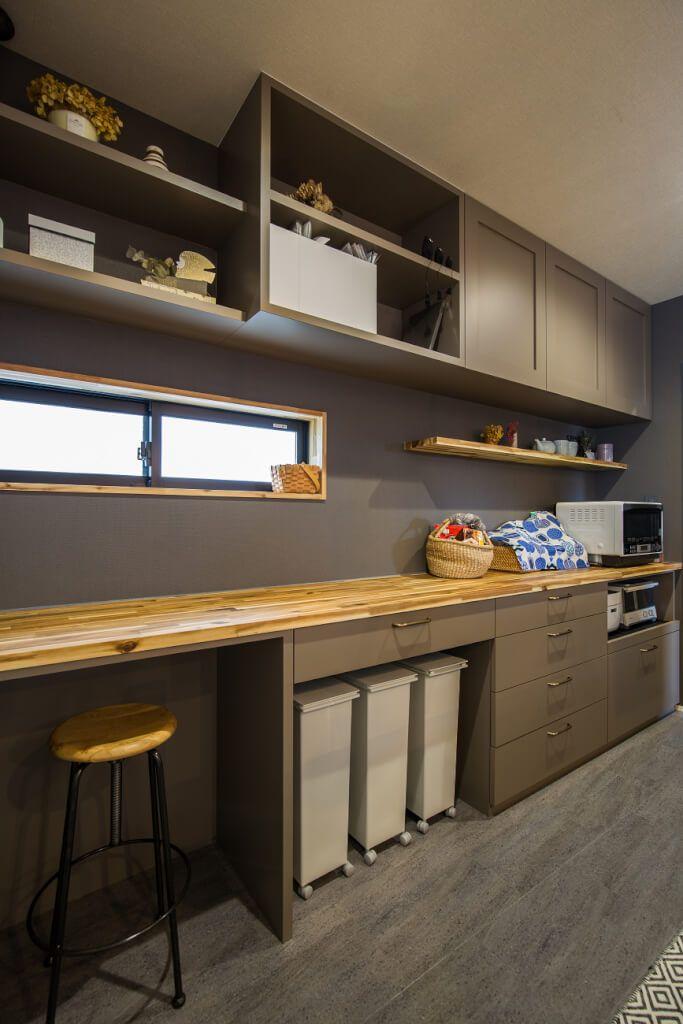 キッチン 見せる収納と隠す収納を上手に使い分けた造作キッチン収納 フロアタイルやカウンター背面の壁もグレー色で統一し キッチン収納 上段には4方框扉を採用したことで アンティークテイストのキッチン空間になりました Kitchen Plans Kitchen Interior Home