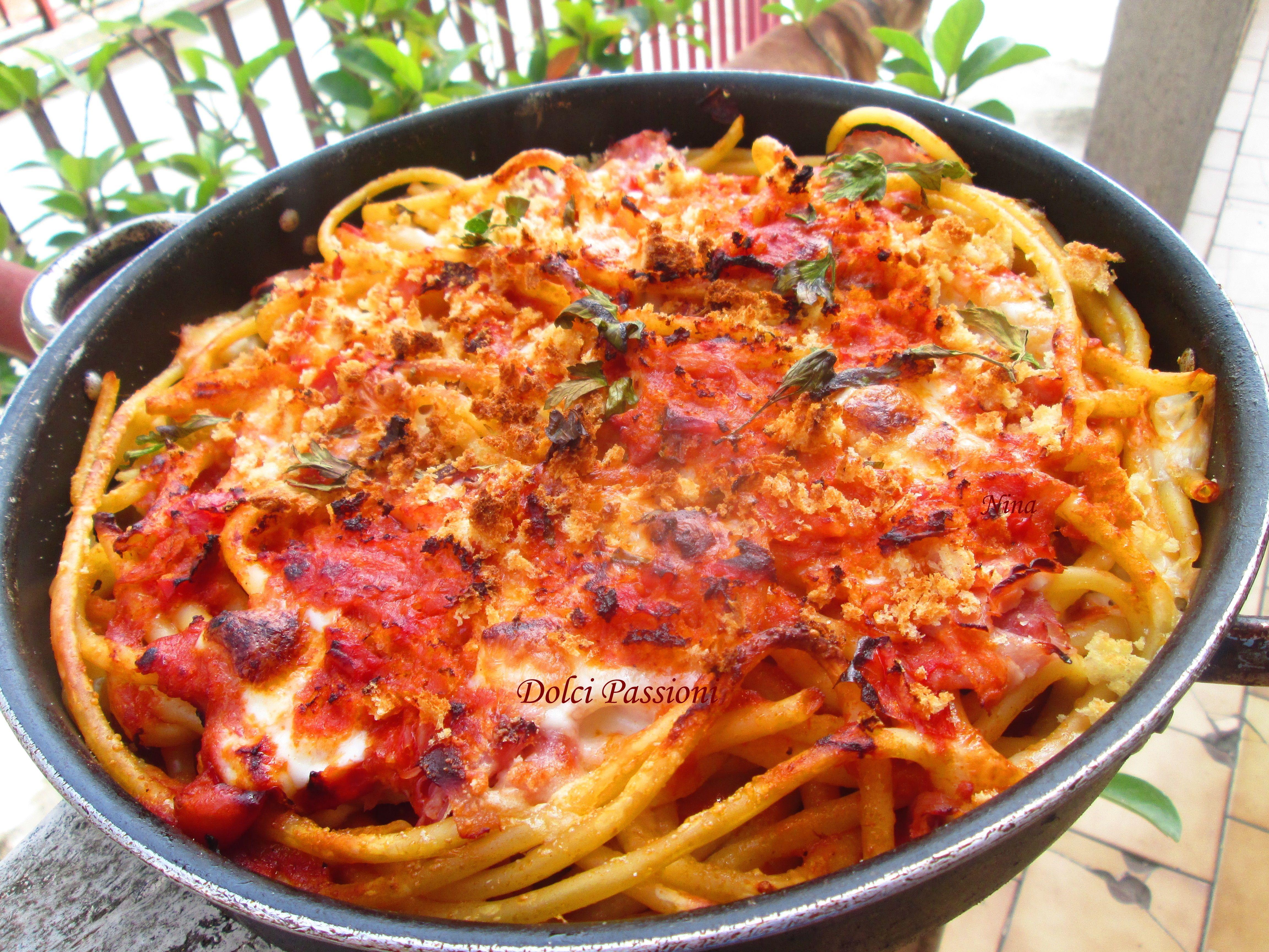 I bucatini alla pizzaiola sono uno di quei piatti che fanno grande la nostra cucina. Pochi, pochissimi ingredienti e si riesce a fare un sughetto profumatissimo per condire la pasta. Un piatto davvero strepitoso!!