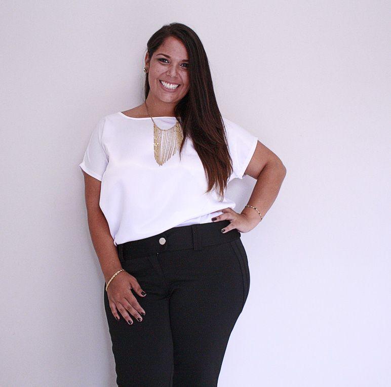Look para o trabalho: calça social flare preta e blusa branca, peças chave que te deixam sempre linda! #temnajustenjoy [Blusa branca R$ 59,90   Calça social flare preta R$ 128,90]