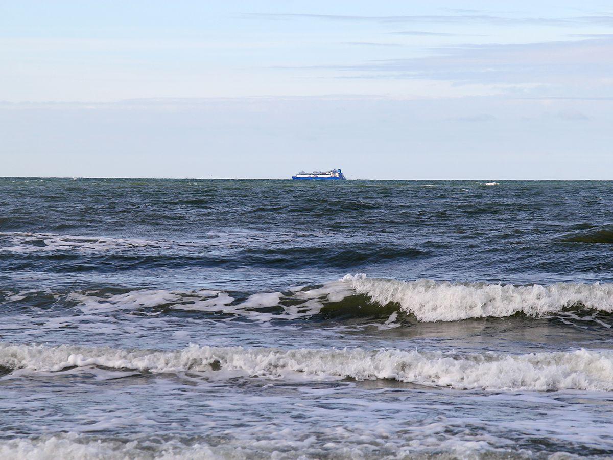 Грузовой корабль в море