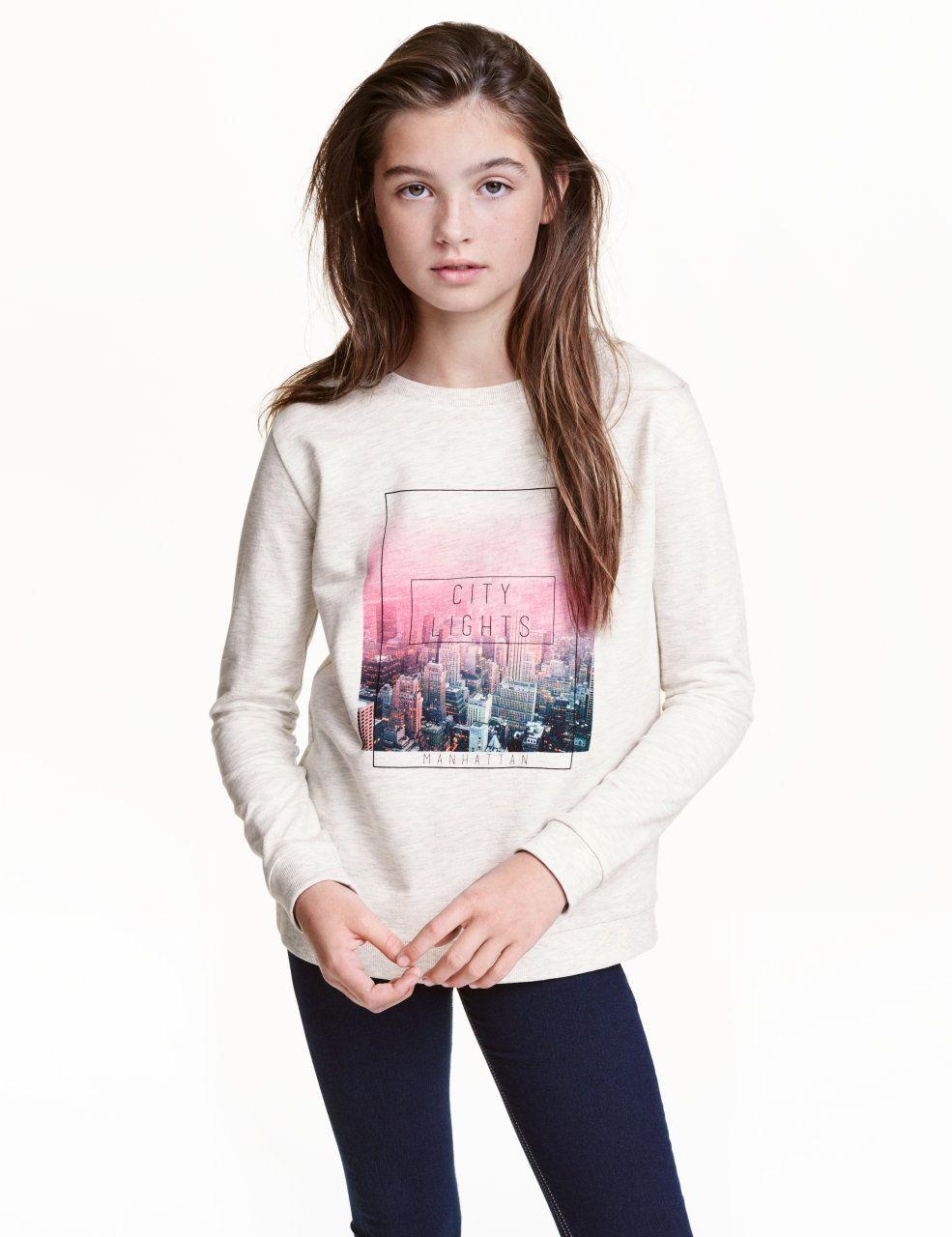 Kolla in det här! En långärmad tröja i sweatshirtkvalitet med tryck fram. Tröjan har mudd kring halsringningen, vid ärmslut samt i nederkant. - Besök hm.com för ännu fler favoriter.