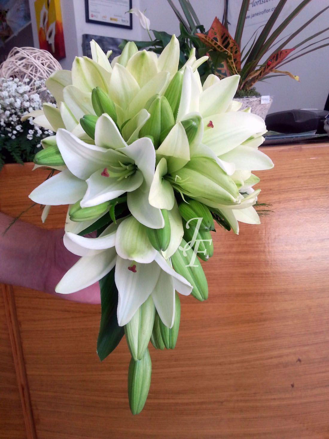 Ramo de novia en forma de gota de lilium una ca da muy - Ramos de flores modernos ...
