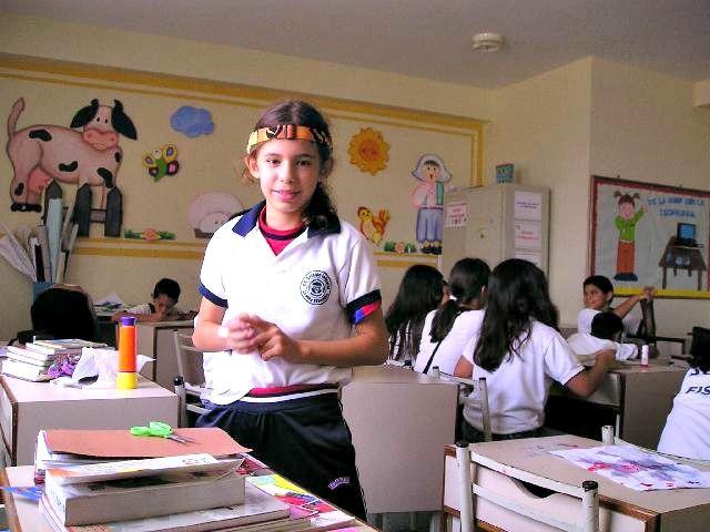 Foto de niña en su salón