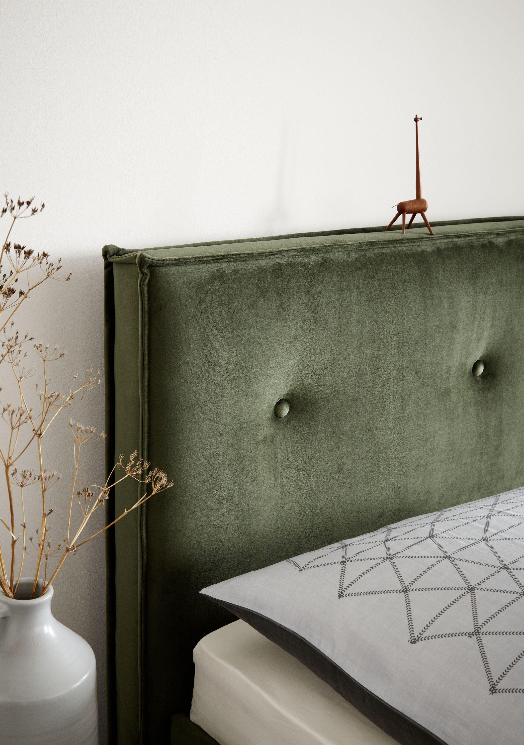 Diese Variante Kombiniert Die Stattliche Optik Eines Boxspringbetts Mit Einem Schlafsystem Aus Lattenrost Und Matratze Betthaupt Und Ra In 2020 Polster Schoner Wohnen