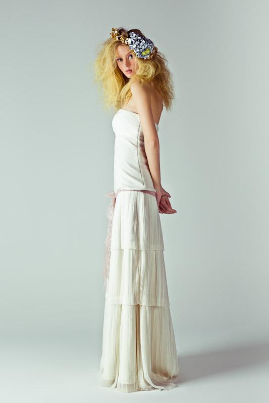 Mod.Isadora. Tul plisado/ Bambula de seda natural. Tocado Bornay Flowers, de Érase una Vez