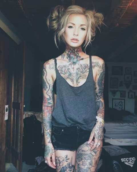 fille sexy tatouée jeune minet