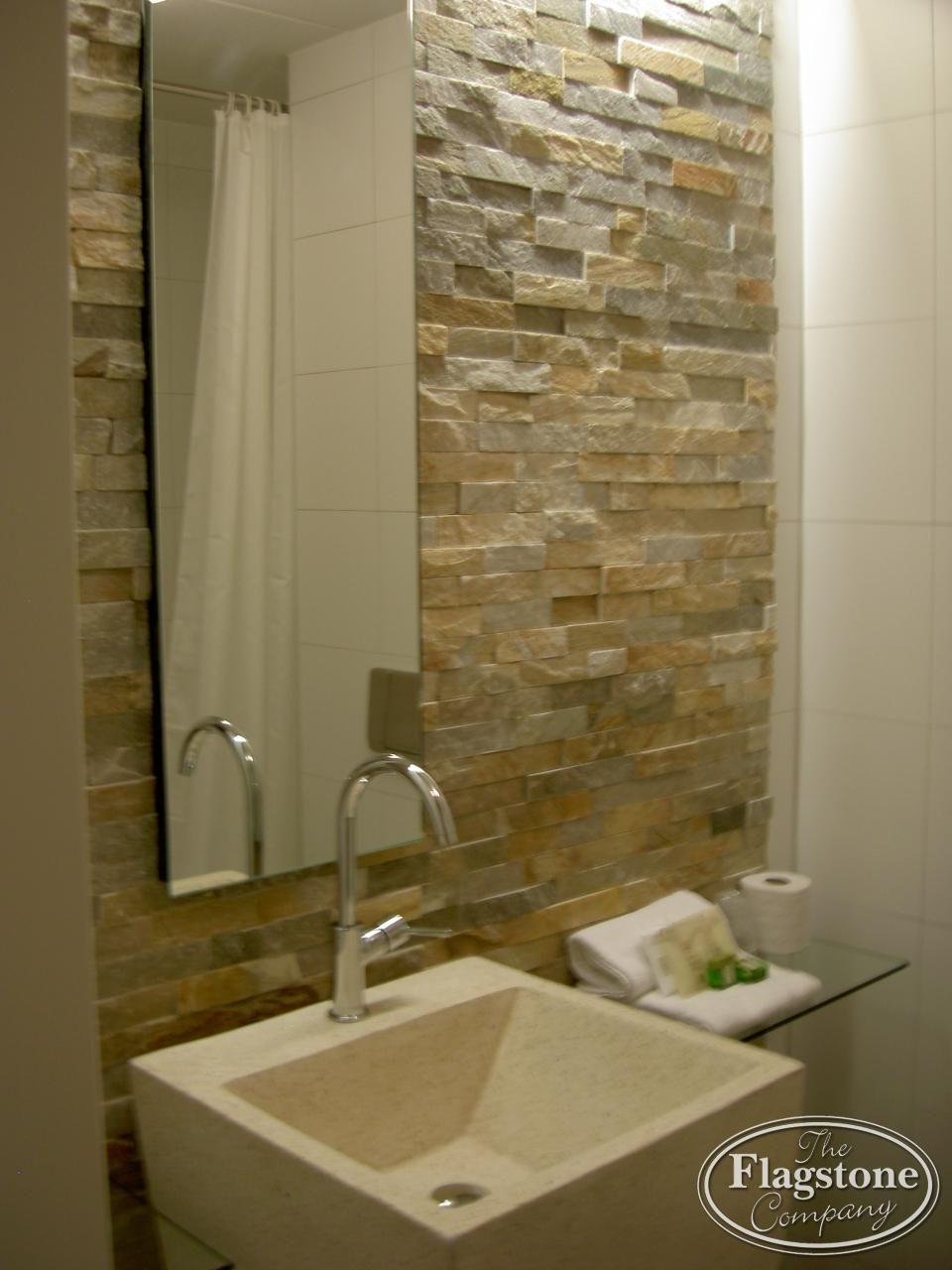 Badkamer wand voorzien van Goud Kwartsiet Natuursteenstrips ...