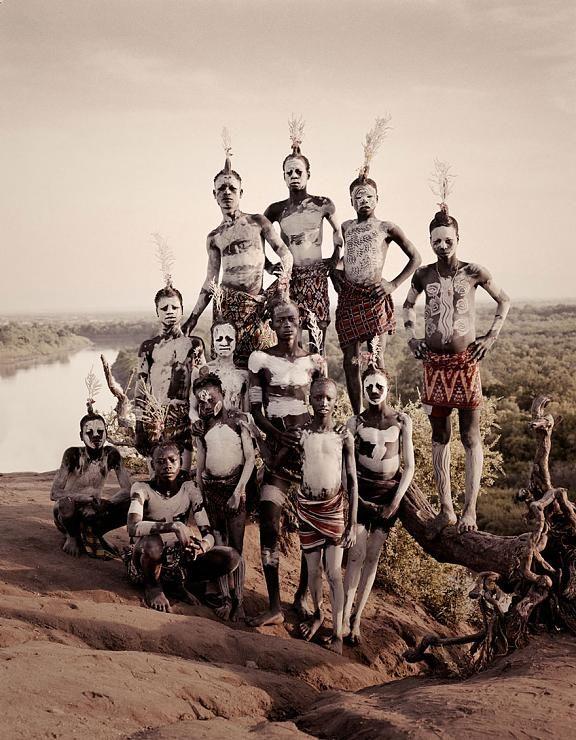 توثيق لقبائل لم تندثر بعد قبيلة داسانيش يهدد التوسع  الحضاري قبائل بدائية رحالة تعيش على اطراف القرن الأفريقي.  من أمثال تلك القبائل قبيلة مورسي، وهم رعاة ماشية يعيشون في منطقة أومو الجنوبية في إثيوبيا.