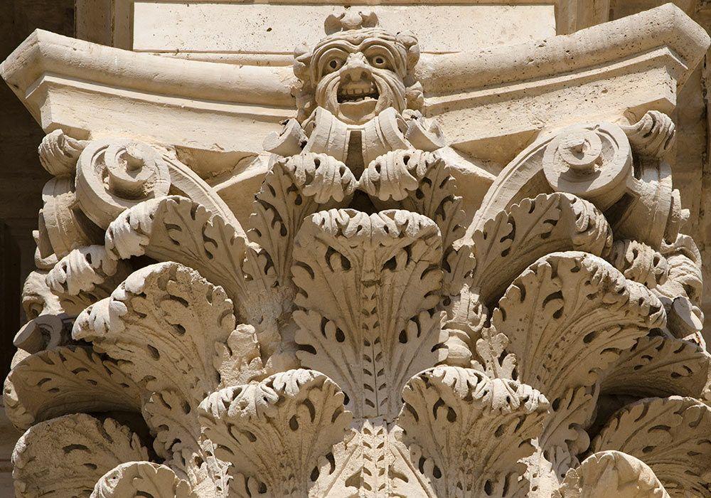 Duomo / cathedral in Syracuse-Dettaglio degli ornamenti decorativi della Cattedrale barocca a Siracusa.