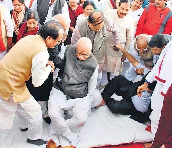 અડવાણીને શિવરાજનો સહારો ; ચાર જણાએ ગડકરીને ઊંચક્યા  http://www.divyabhaskar.co.in/article-hf/NAT-shivraj-singh-gives-support-to-rajnath-singh-4533254-PHO.html