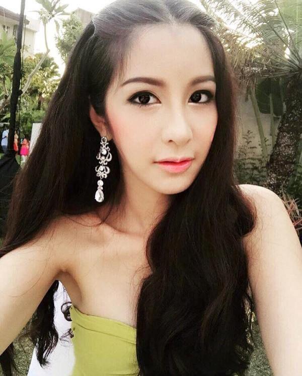 Thai ladyboy kissing-8099