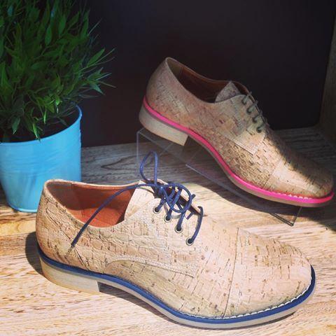 Bardzo Wygodne Oxfordy Z Naturalnego Korka Mamy Dla Was Dwie Wersje Kolorystyczne Z Rozowym Lub Niebieskim Paski Dress Shoes Men Vegan Shoes Oxford Shoes