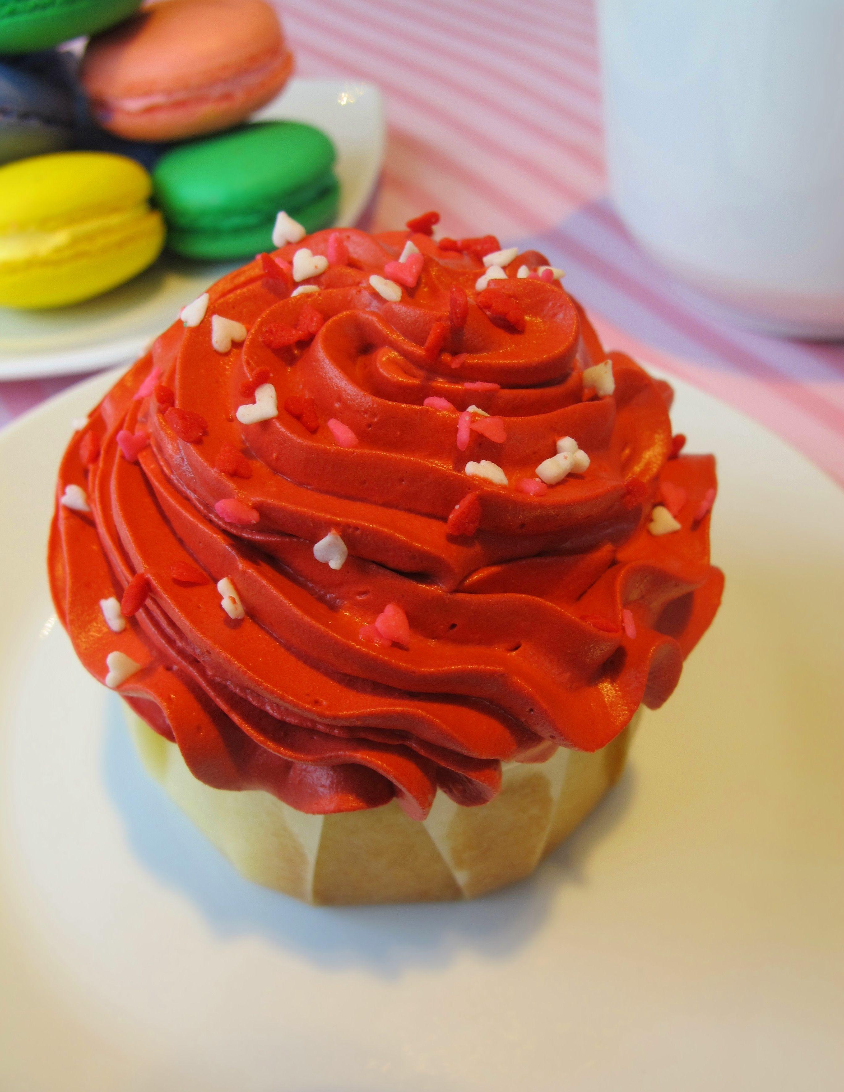 Macaroons and Love Cupcake