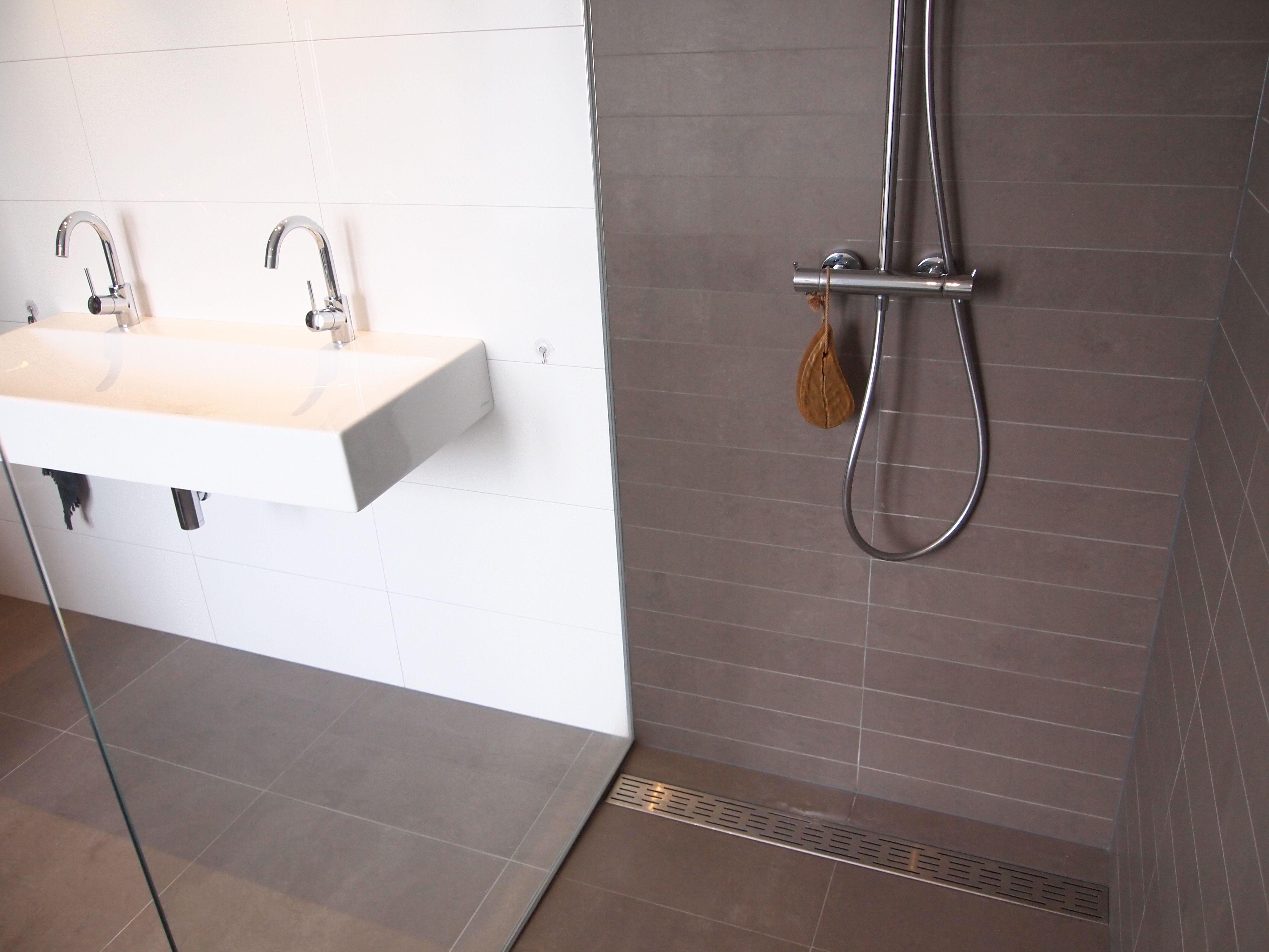Platen Voor Badkamer : Puurbinnen ontwerp badkamer gebruik strakke glazen plaat als